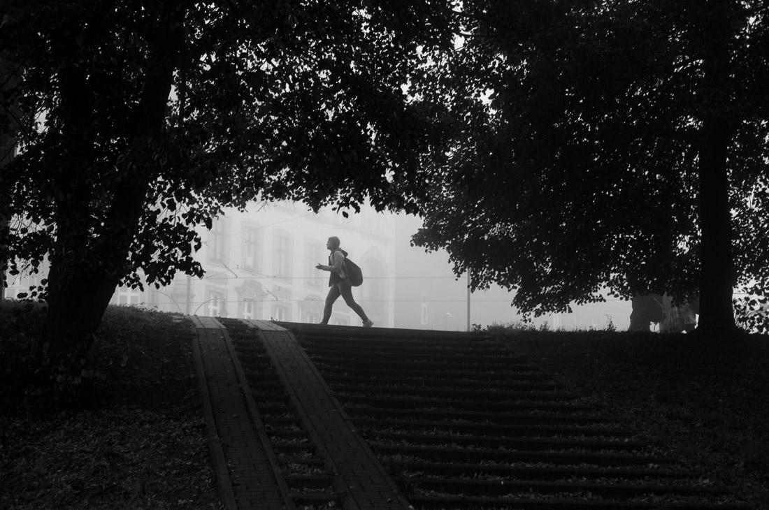 anna rusilko fotografia photography toruń jesień street photo czarno-białe black and white mgła fog